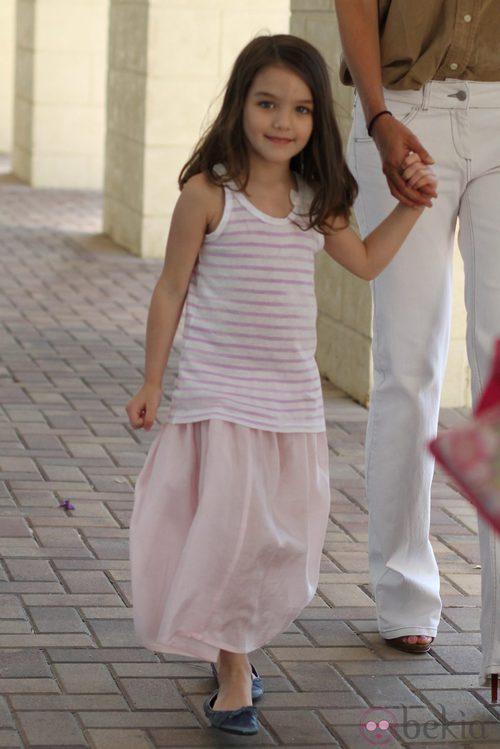 Suri Cruise, coqueta en rosa y blanco