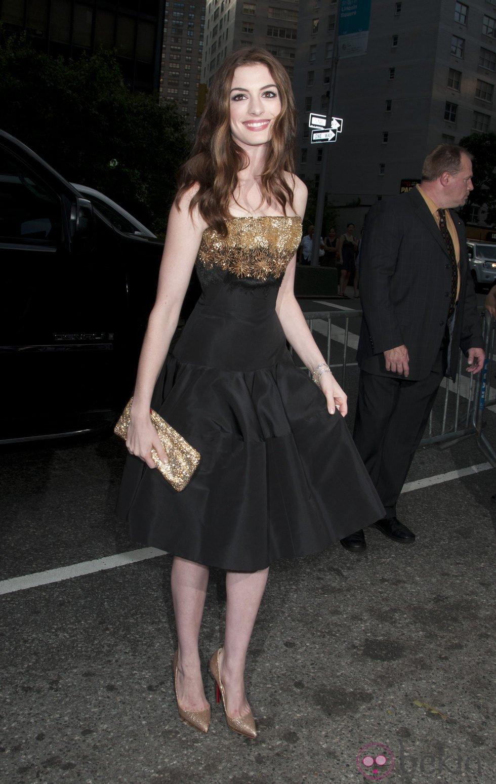 Anne Hathaway vestida de Alexander McQueen resort 2012