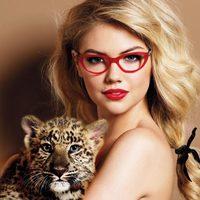 Kate Upton con gafas de Guess