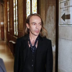 John Galliano sale del juzgado