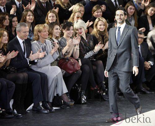 Marc Jacobs tras un desfile con Bernard Arnault en primera fila