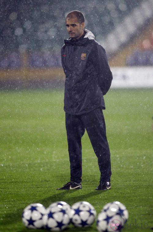 Guardiola bajo la lluvia en un entrenamiento