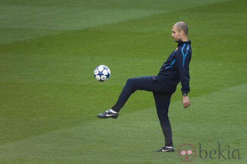 Guardiola con chándal durante un entrenamiento