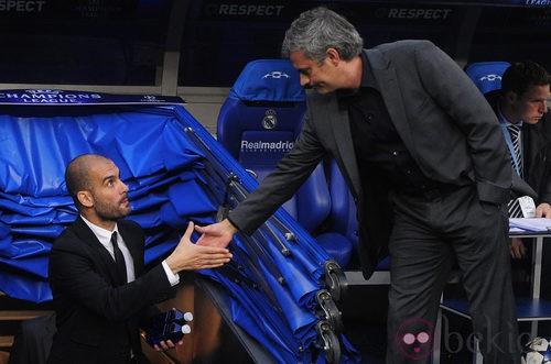 Guardiola y Mourinho se saludan en un partido