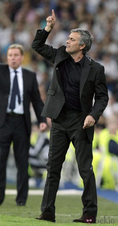 Mourinho con traje durante un partido