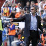 Mourinho con traje en el campo