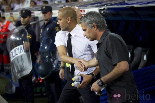 Mourinho y Guardiola se dan la mano antes de la Supercopa