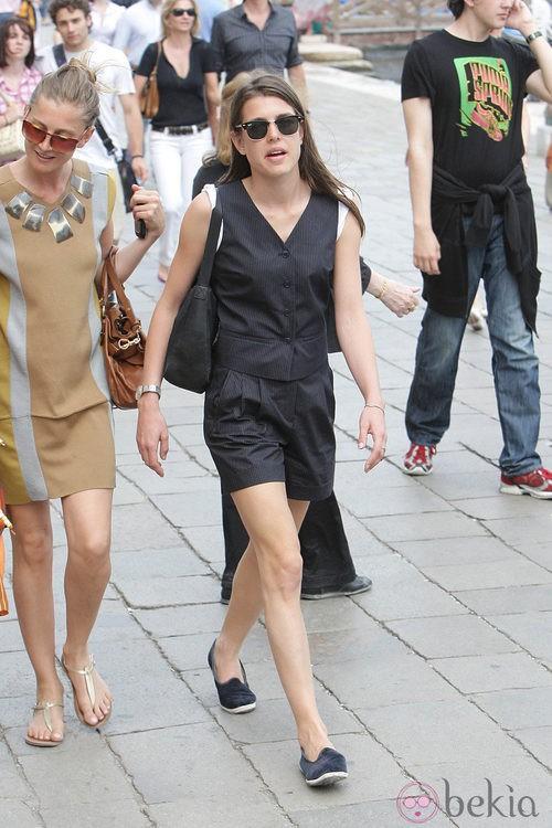 Carlota Casiraghi con shorts y chaleco de raya diplomática