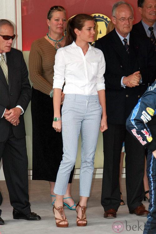 Carlota Casiraghi con camisa blanca  y pantalón tobillero