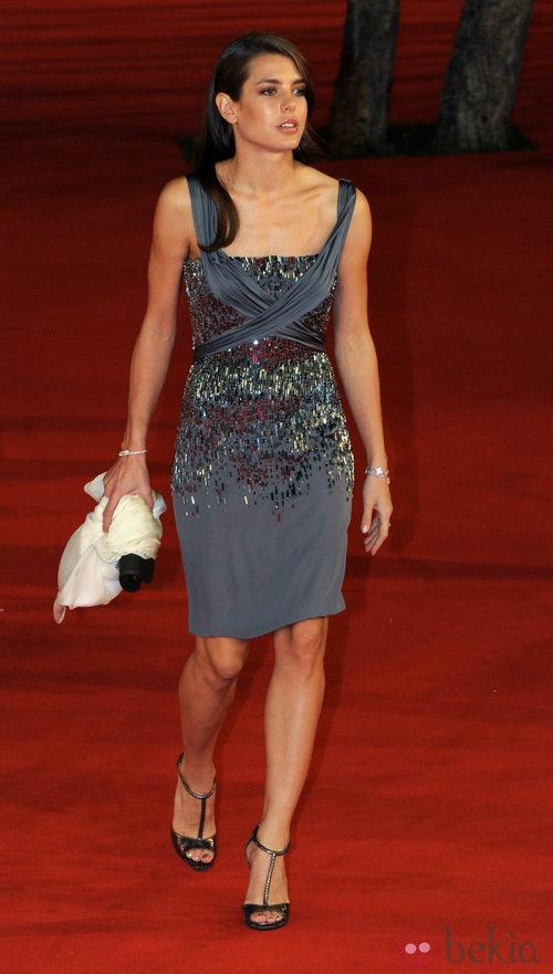 Carlota Casiraghi con traje de noche gris con pedrería