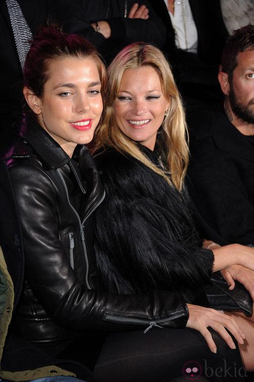 Carlota Casiraghi y Kate Moss en el desfile de Etan