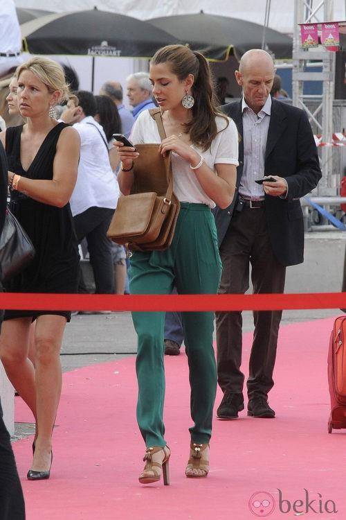 Carlota Casiraghi con pantalón de talle alto y camiseta blanca