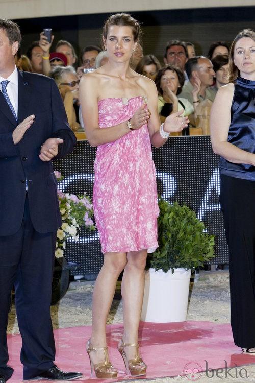 Carlota Casiraghi con vestido rosa en un evento hípico