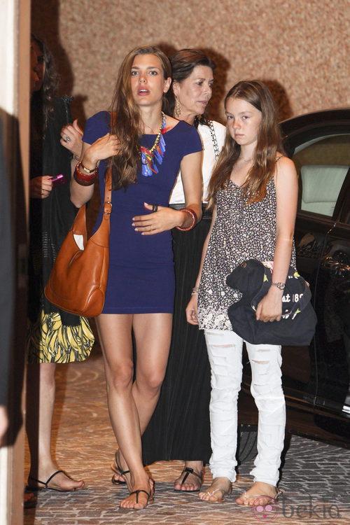 Carlota casiraghi con vestido azul y sandalias planas