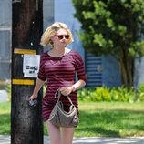 January Jones con vestido de rayas de Express