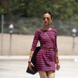Zoe Saldana con vestido de rayas de Express