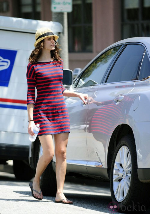 Emmy Rossum con vestido de rayas de Express