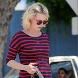 Primer plano de January Jones con vestido de Express