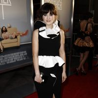 Zooey Deschanel de Moschino en la première de 'Our idiot brother'