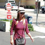Nicky Hilton con vestido de rayas de Express