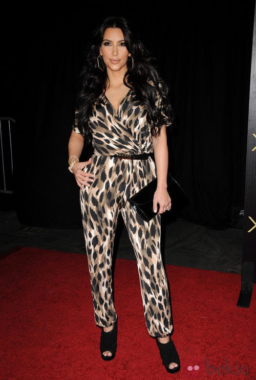 Kim Kardashian con mono en la presentación de su colección