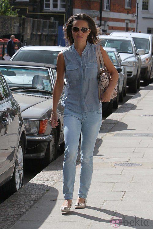 Pippa Middleton con vaqueros y camisa sin mangas