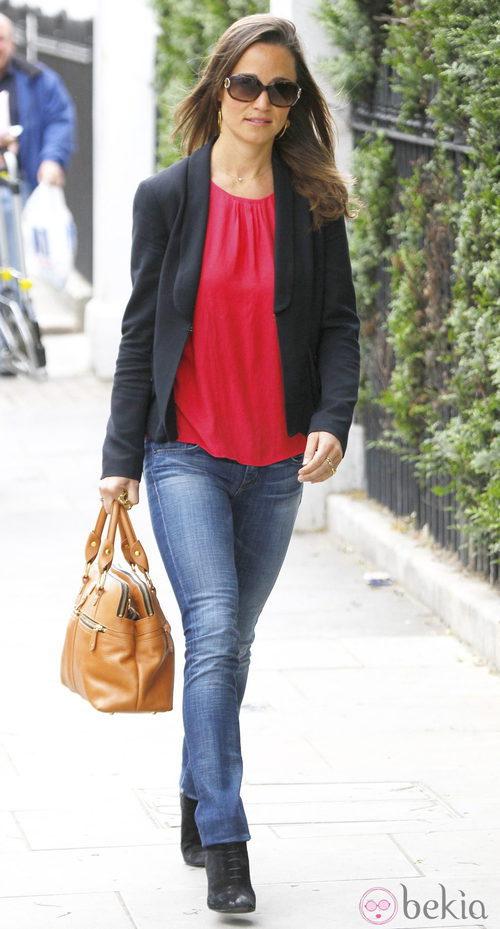 Pippa Middleton con vaqueros y camisa roja
