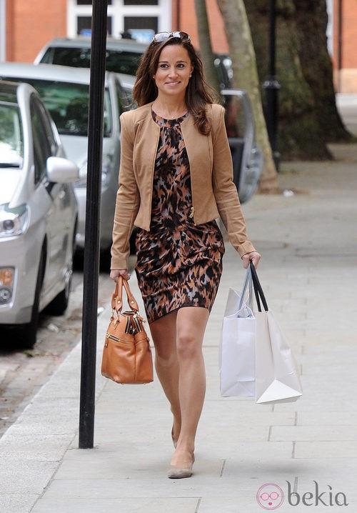 Pippa Middleton con vestido estampado marrón