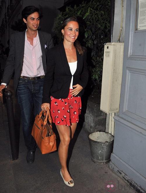 Pippa Middleton con falda roja corta