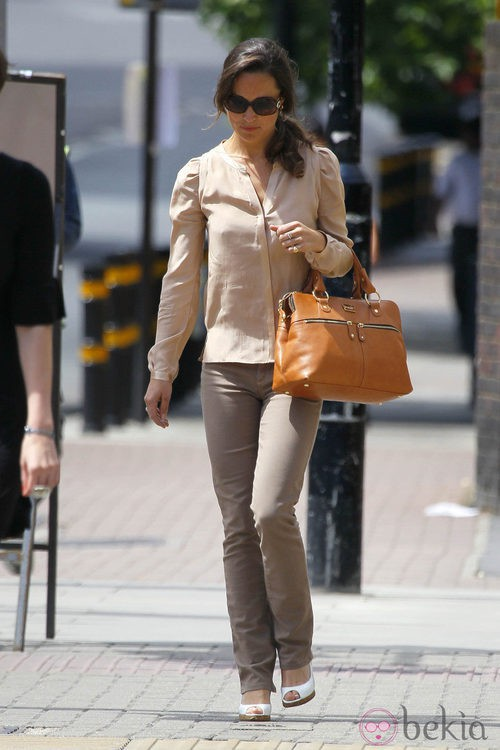 Pippa Middleton con camisa color nude