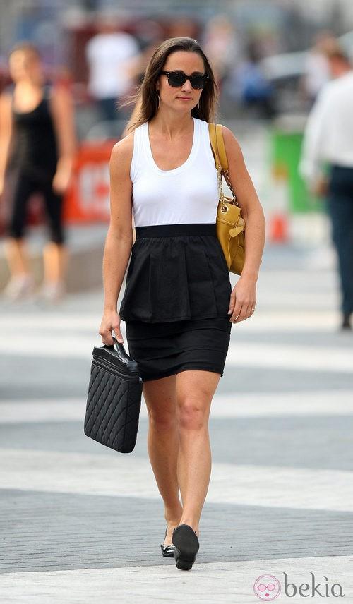 Pippa Middleton con falda negra y camiseta blanca