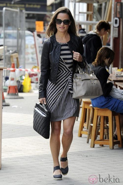 Pippa Middleton con vestido de rayas y cazadora de cuero