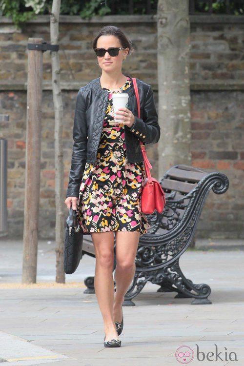 Pippa Middleton con bolso rojo y cazadora de cuero