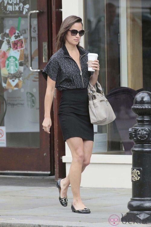 Pippa Middleton con bailarinas y falda negras