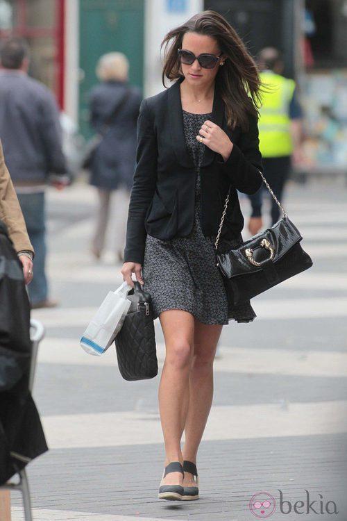 Pippa Middleton con vestido negro y cazadora de cuero