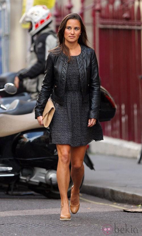 Pippa Middleton con cartera de mano color nude