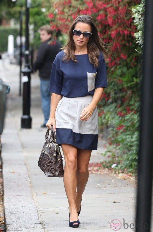 Pippa Middleton con conjunto azul marino para ir a la oficina