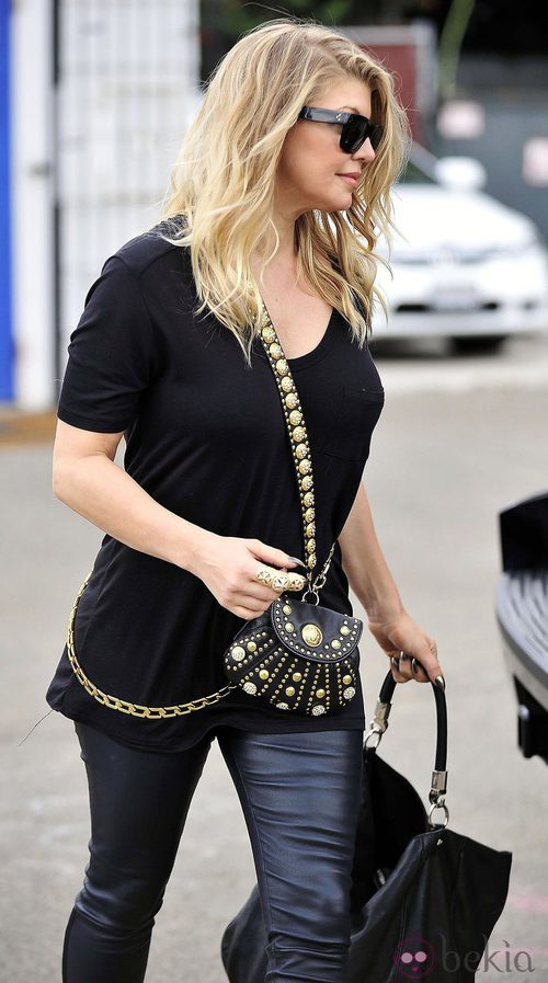 La cantante Fergie con un pequeño bolso con tachuelas