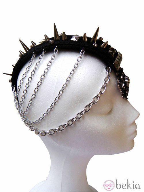 Diadema con pinchos, tachuelas y cadenas de Caí2 del cielo