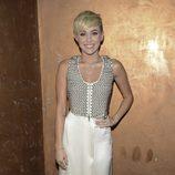 Miley Cyrus con una falda larga color crema y top con tachuelas y cremallera