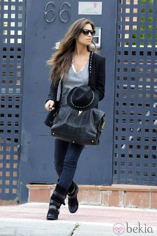 Sara Carbonero con chaqueta y sombrero con tachuelas