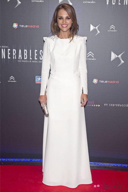 Paula Echevarría con vestido blanco adornado con tachuelas en los hombros