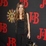 Ana Fernández con un conjunto negro y chaleco dorado