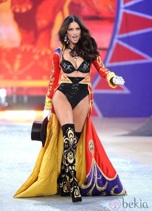 Adriana Lima en el Fashion Show de victoria's Secret 2012