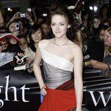 Kristen Stewart en la premiere de Crepúsculo en Los Angeles con un vestido tricolor asimétrico