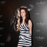 Kristen Stewart en la premiere de Crepúsculo en París con un minivestido a rayas