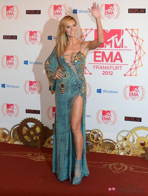 Heidi Klum con un atrevido vestido azul de Versace en los MTV Europe Music Awards 2012