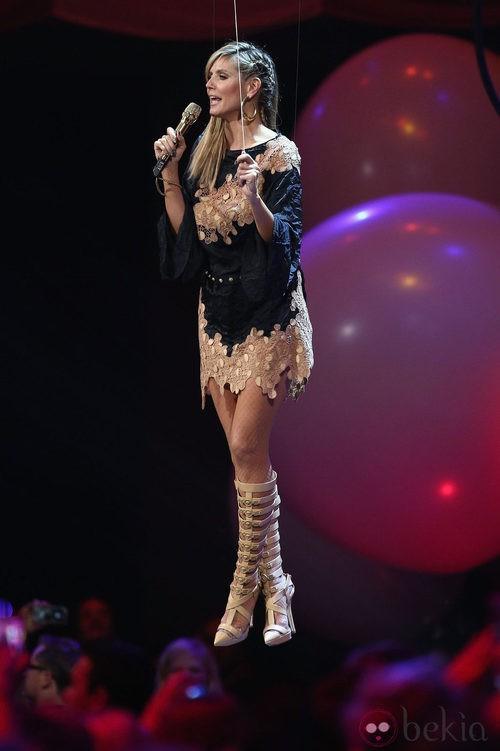 Heidi Klum con un minivestido negro y nude de Versace en los MTV Europe Music Awards 2012