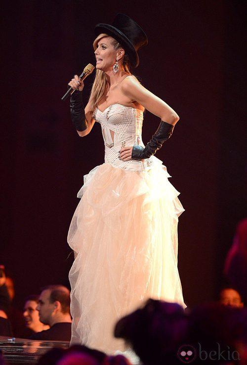 Heidi Klum con un vestido blanco de Versace y sombrero negro en los MTV Europe Music Awards 2012