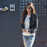 Sara Carbonero con jeans, jersey de punto y cazadora de cuero